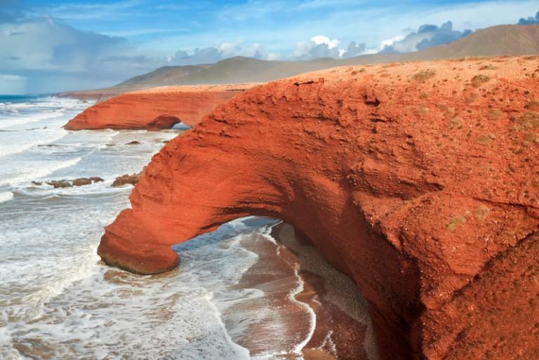 12. Una playa roja entre arcos gigantes en Marruecos