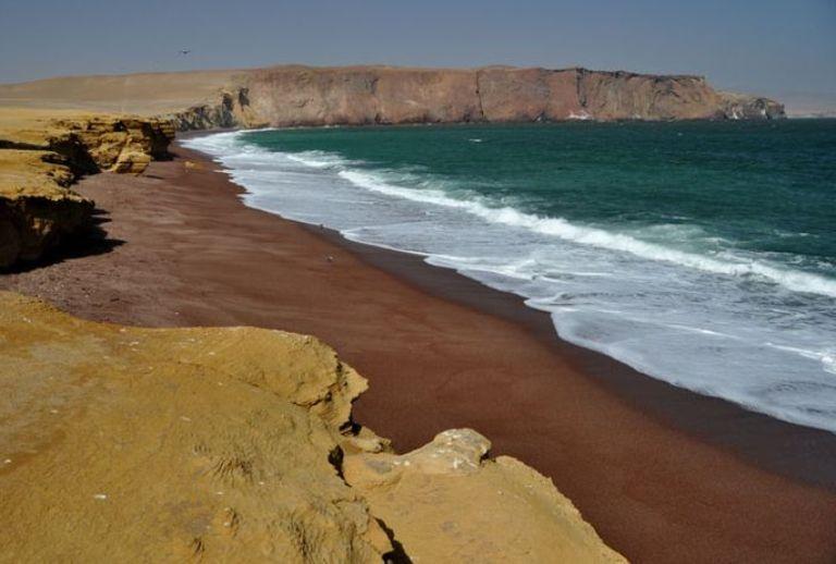 14. Una playa roja entre el desierto y el mar de Perú