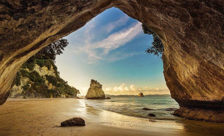 15. Una playa conectada por una cueva en Nueva Zelanda