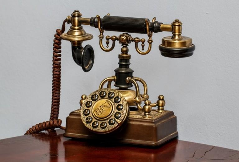 17. ¿Cuándo repicó el primer teléfono