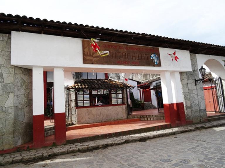 11-compra-un-suvenir-en-el-mercado-de-artesanias-matachiuj