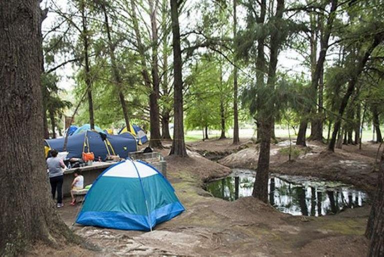 17. ¿Puedo acampar en el área de la laguna