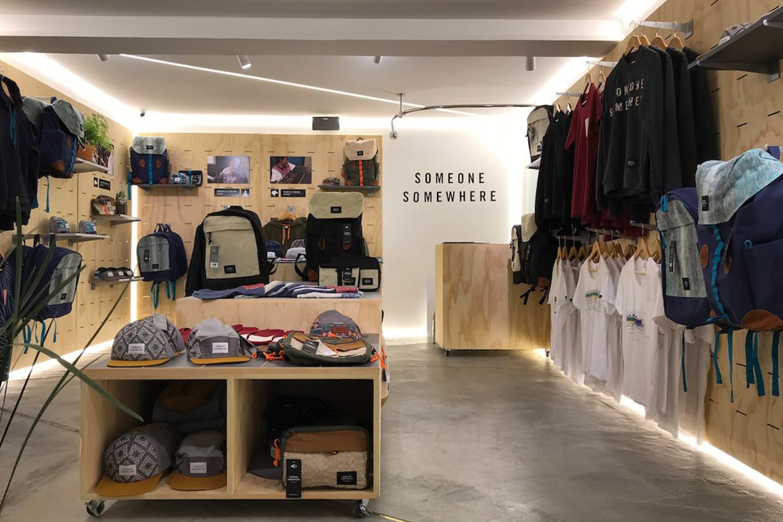 """1aba09377e El eslogan de esta tienda es """"ropa de aventureros hecha por artesanos de  México"""". Ofrece piezas para mujeres y hombres"""